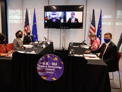 Las delegaciones de EE UU (a la izquierda) y la Unión Europea, en el Consejo de Comercio y Tecnología, este miércoles en Pittsburgh (EE UU).