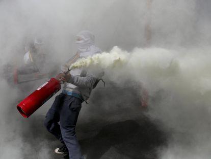 Un manifestante con un extintor durante las protestas contra el Gobierno en Santiago de Chile, en octubre de 2019.