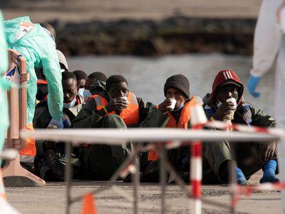 Llegada de un grupo de 59 migrantes al puerto de los Cristianos, en Tenerife, en el primer desembarco de 2021.