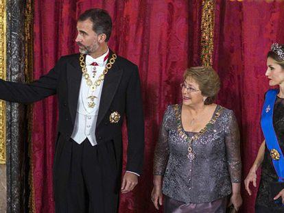 Los Reyes con la presidenta de Chile en la cena de Estado.