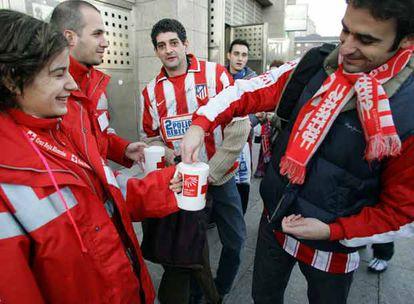 Voluntarios de Cruz Roja recogen dinero frente al estadio Vicente Calderón (Madrid).