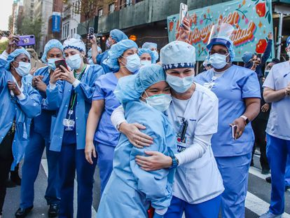 New York residents and city police horses (NYPD) applaud health care workers in a Manhattan hospital during the Coronavirus COVID-19 pandemic in the United States. *** Local Caption *** .