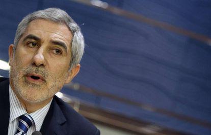 El portavoz parlamentario de IU en Asturias, Gaspar Llamazares, en una rueda de prensa este enero.