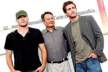 Ang Lee, director de <i>Brokeback mountain,</i> entre los actores Heath Ledger (a la izquierda) y Jake Gyllenhaal.