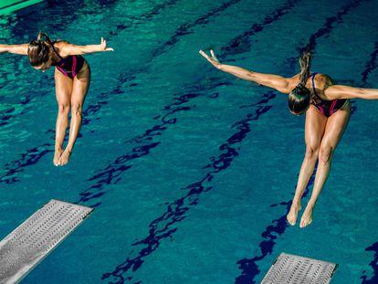 El salto de trampolín requiere horas de cama elástica para ganar rapidez y coordinación en los movimientos.