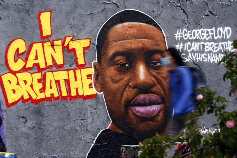 Grafiti fue dibujado en una calle de Berlín por la muerte en Estados Unidos de George Floyd.