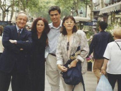 De izquierda a derecha, el exministro Carlos Westendorp, la asesora del PSC Marta Gris, Pedro Sánchez y la periodista Victoria García en la Rambla de Barcelona a finales de los 90. En vídeo, Pedro Sánchez en el programa 'Moros y cristianos' en 1997.