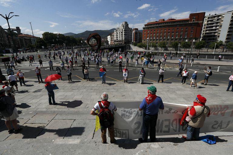 Un grupo de pensionistas se concentró este lunes en Bilbao para reclamar mejores residencias públicas. L. TEJIDO (EFE)