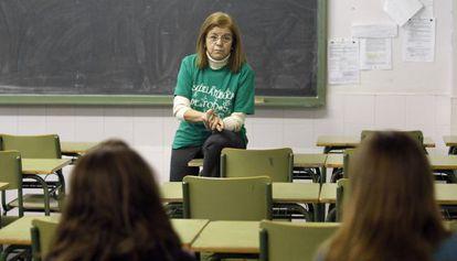Una profesora imparte clase en el instituro Juan de la Cierva de Madrid.