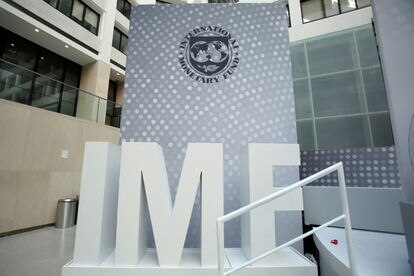 Un logo del FMI, en la sede del organismo en Washington.