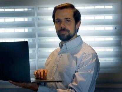 Javier Fernández, ex jefe de la unidad de análisis de datos del Barça, en su domicilio en la provincia de Barcelona.