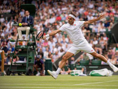 Federer volea durante su partido contra Gasquet en la central de Wimbledon.