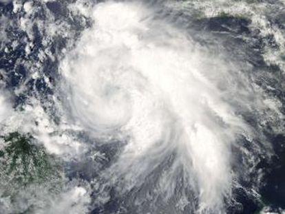 Imagen de la tormenta tropical Ernesto captada por un satélite de la NASA.