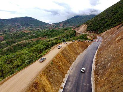 Vista aérea de los avances de la construcción de la Autopista Barranca Larga - Ventanilla en San Vicente Coatlán, Oaxaca.