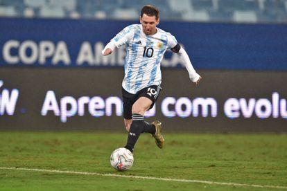 Messi controla el balón en el partido de Argentina ante Bolivia.