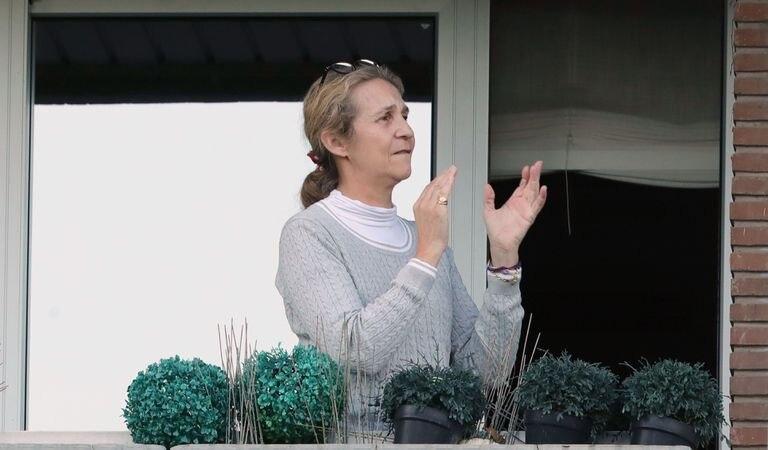 La Infanta Elena, aplaudiendo desde el balcón de su casa el 3 de abril.