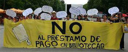 Manifestación de la plataforma contra el préstamo de pago durante la Feria del Libro de Madrid en junio de 2006.