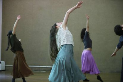 Fotografía del 15 de noviembre de 2017, de un grupo de artistas durante un ensayo de danza contemporánea en Montevideo (Uruguay).