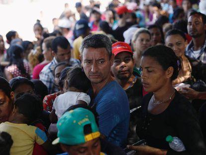 Ciudadanos venezolanos esperan en Cúcuta, en la frontera colombiana con Venezuela, el pasado febrero.