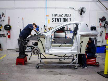 Un hombre trabaja en una planta automotriz en Canadá.
