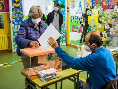 Ambiente electoral en el colegio La Inmaculada-Marillac, en Chamberí este martes.