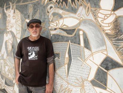 Miguel Martín, frente a la réplica del 'Guernica' de Picasso que ha tallado en el jardín de su casa en la Cañada Real.