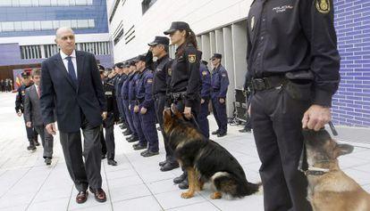 El ministro en una reciente visita a dependencias de la policía.