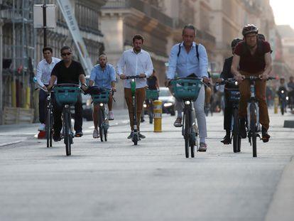 Decenas de personas pedalean por el carril bici de la rue de Rivoli, una de las calles más céntricas de París.