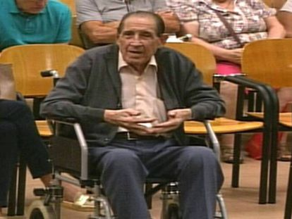 El doctor Eduardo Vela en la vista por el caso de los bebés robados en 1969.