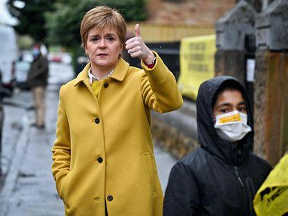 La ministra principal de Escocia y candidata del SNP, Nicola Sturgeon, este jueves a las puertas de un colegio electoral en Glasgow.