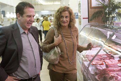 Abel Caballero y Carmela Silva charlan en una carnicería, antes de presentar un concurso de tapas en Vigo.