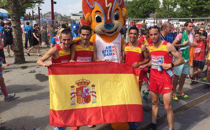 Los integrantes española de la media maratón tras lograr la plata.