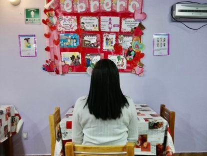 Andrea Ene en un refugio para víctimas de maltrato.