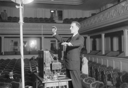 Léon Theremin tocando su instrumento. Foto tomada en París duante su visita europea en los años 20