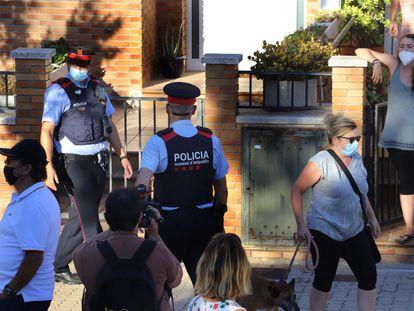 Mossos d'Esquadra protegen un inmueble de un fondo de inversión okupado en Pallejà, Baix Llogregat, Barcelona, para evitar incidentes con los vecinos.
