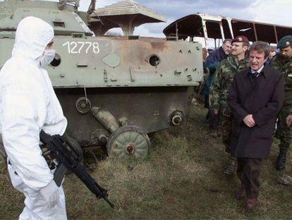 El jefe de la ONU en Kosovo, Bernard Kouchner, junto a un tanque yugoslavo destruido por bombas de la OTAN en la guerra, en Klina.