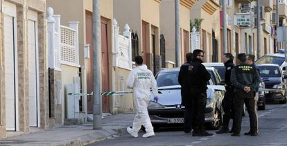 Agentes registran la escena de un crimen de violencia machista en Huércal, Almería.