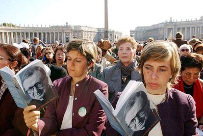 Unas peregrinas en San Pedro del Vaticano, en octubre de 2002, tras la canonización de Josemaría Escrivá de Balaguer.