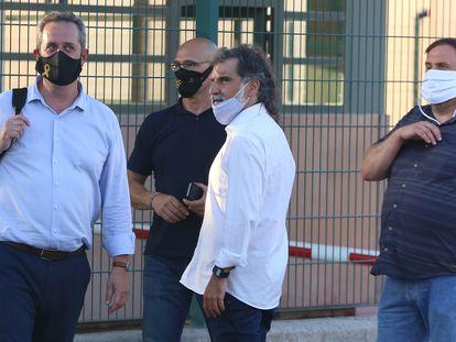 Desde la izquierda, Joaquim Forn, Raül Romeva, Jordi Cuixart y Oriol Junqueras, a la entrada de la prisión de Lledoners, este martes.