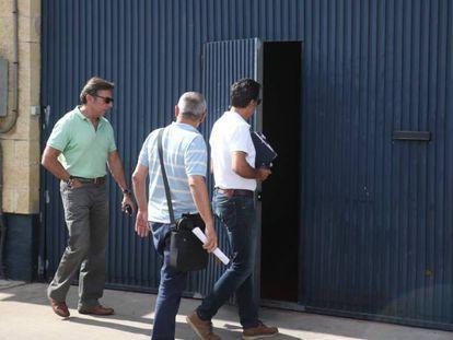 Varios técnicos entran en la sede de Magrudis este verano.