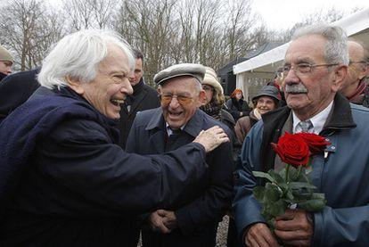 """Jorge Semprún saluda a Virgilio Peña y Vicente García hoy en el ex campo de concentración de Buchenwald. """"El deportado 44904, el pecho con el triángulo rojo estampado en negro con la letra 'S' de 'Spanier', español, ése era yo"""", escribre Semprún"""