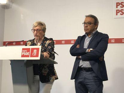 El portavoz socialista Manolo Mata junto a la consejera de Sanidad, Ana Barceló, en una imagen de archivo.