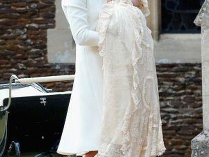 La duquesa de Cambridge, con su hija Carlota al llegar al templo.