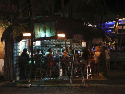 Un grupo de turistas en un bar de Tulum.