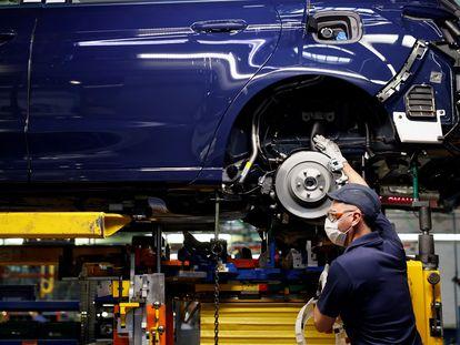 Un operario en la planta de montaje de Ford en Almussafes.