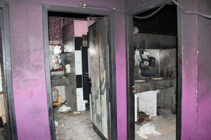Fotografía cedida por las autoridades brasileñas que muestran los baños de la discoteca Kiss, en Santa María (Brasil).
