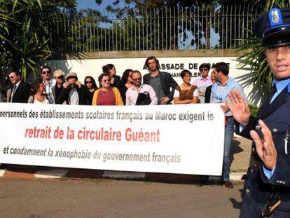 Protestas de trabajadores del Colegio Francés de Rabat (Marruecos), la semana pasada, contra la política gala de inmigración.