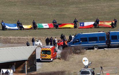 Homenaje a las víctimas de la catástrofe aérea en Le Vernet (Francia) con las banderas de sus países de origen.
