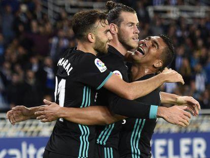 Borja Mayoral (I), Bale y Casemiro se abrazan después del gol del galés.