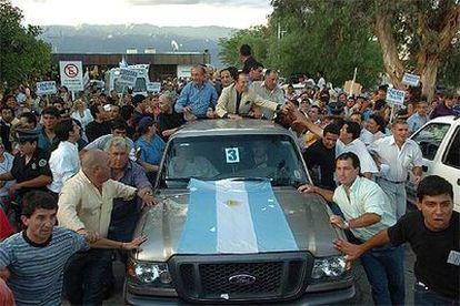 El ex presidente Carlos Menem, el miércoles tras aterrizar en La Rioja, su provincia natal.